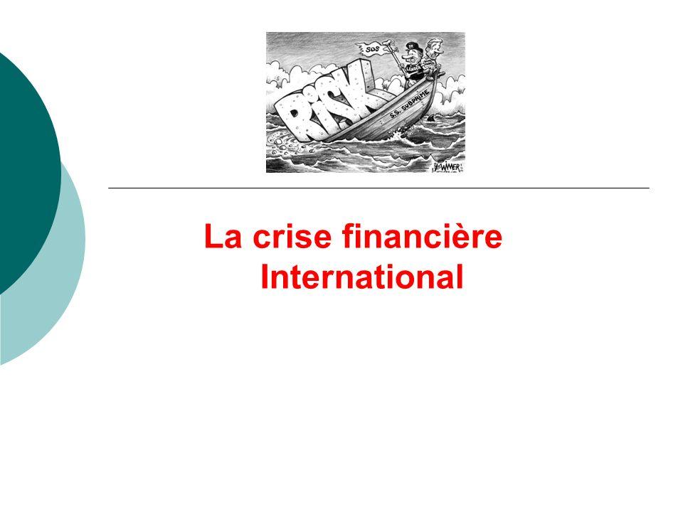 Chute des valeurs technologiques du Nasdaq (2000) Attentats terroristes (2001) Baisse des taux directeurs Injection de liquidité importante dans le système monétaire global Les investisseurs profitent de taux bas voire quasi-gratuits (jusqu à 1%) pour spéculer sur le marché immobilier Hausse des prix de limmobilier Prêtent généreusement Risque soutenu car le prêt est gagé sur la valeur de l immobilier Souscrivent des prêts subprimes (2-28) : taux bas les deux premières années puis le prêt est indéxé sur les taux du marché Prêt gagé sur la valeur du bien.
