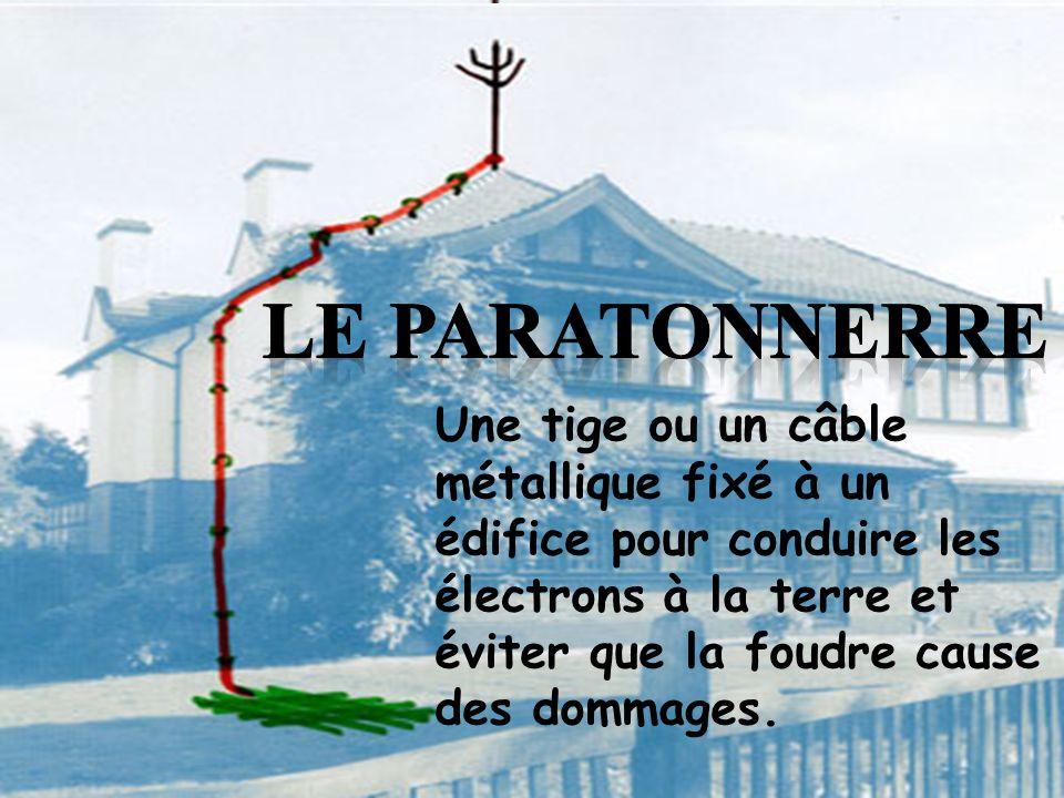 Une tige ou un câble métallique fixé à un édifice pour conduire les électrons à la terre et éviter que la foudre cause des dommages.