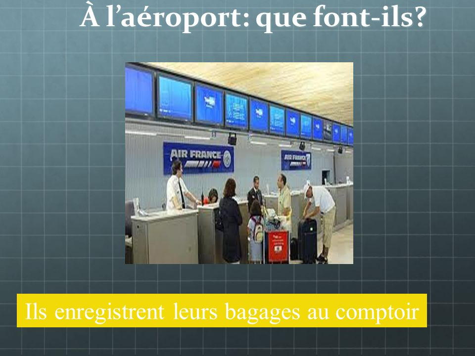 À laéroport: que fait-il? Il enregistre ses bagages au comptoir
