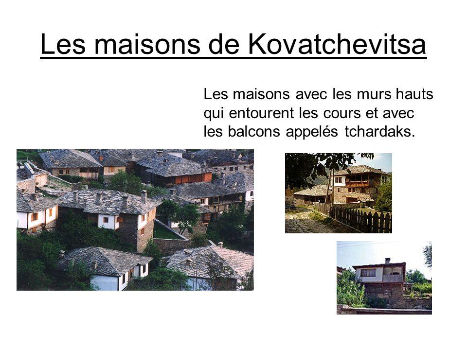 Les maisons de Kovatchevitsa Les maisons avec les murs hauts qui entourent les cours et avec les balcons appelés tchardaks.