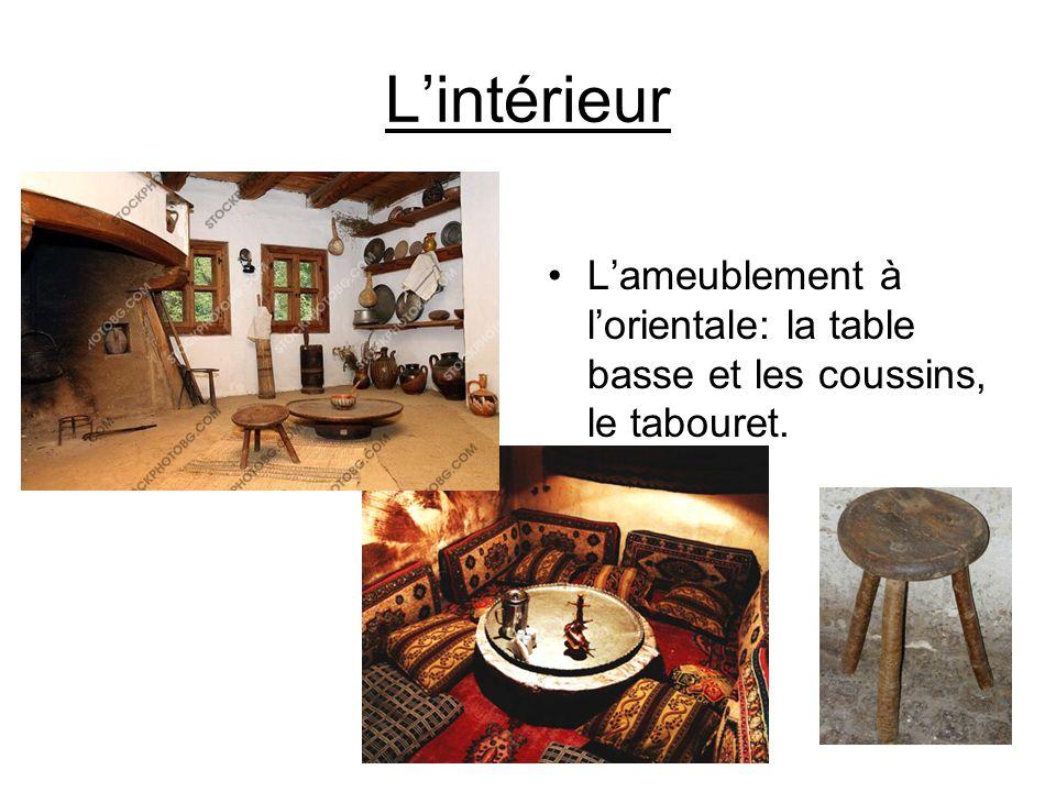 Lintérieur Lameublement à lorientale: la table basse et les coussins, le tabouret.