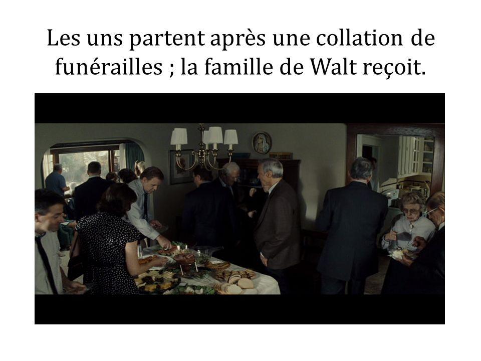 Les uns partent après une collation de funérailles ; la famille de Walt reçoit.