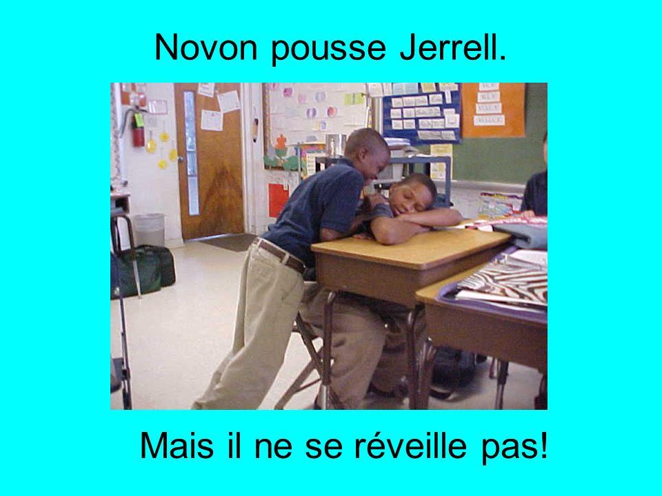 Ashley tape Jerrell sur la tête. Mais il ne se réveille pas!