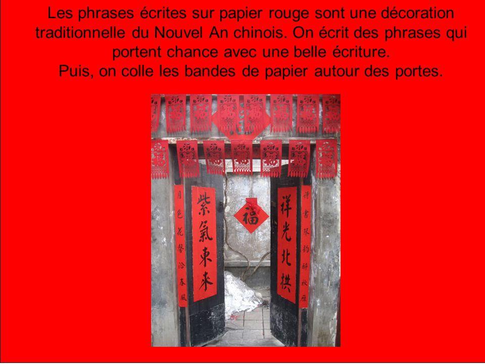 Les phrases écrites sur papier rouge sont une décoration traditionnelle du Nouvel An chinois. On écrit des phrases qui portent chance avec une belle é