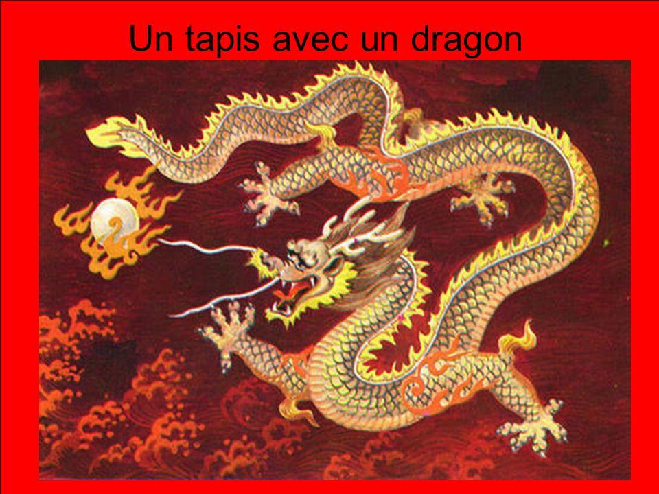 Un tapis avec un dragon