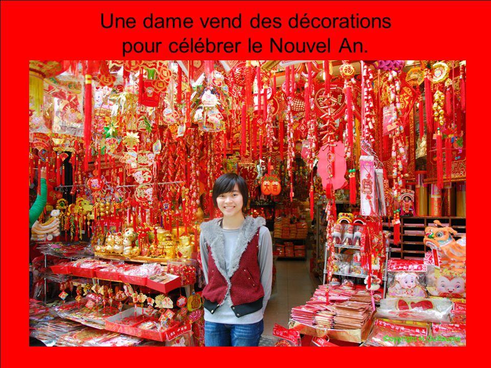 Une dame vend des décorations pour célébrer le Nouvel An.