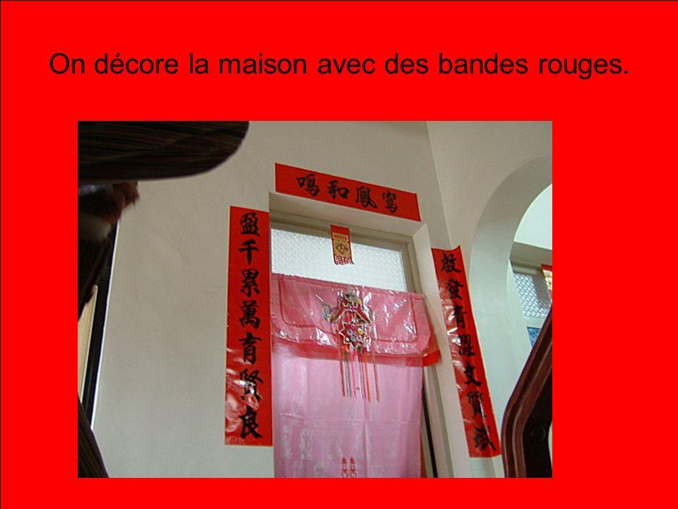 On décore la maison avec des bandes rouges.