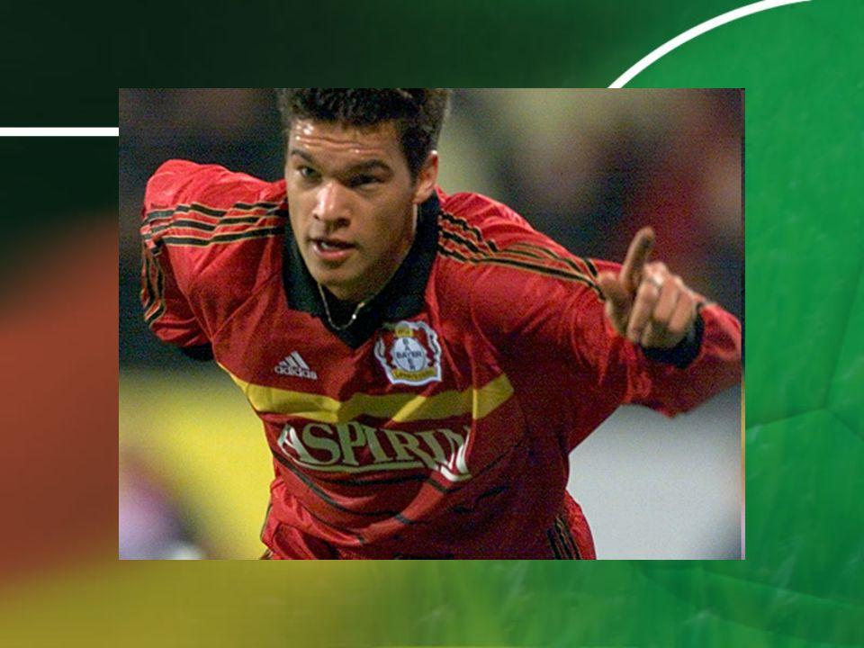 Bayern Munich (2002 – 2006) il remporte trois doublés coupe-championnat 2006 il inscrit 14 buts en 26 matches cest sûrement un temps avec beaucoup de succès
