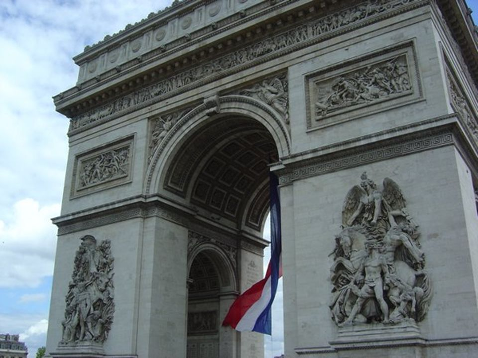 L Arc de Triomphe est un monument situé dans la ville de Paris, construit dans la célébration des victoires militaires de Napoléon Bonaparte.