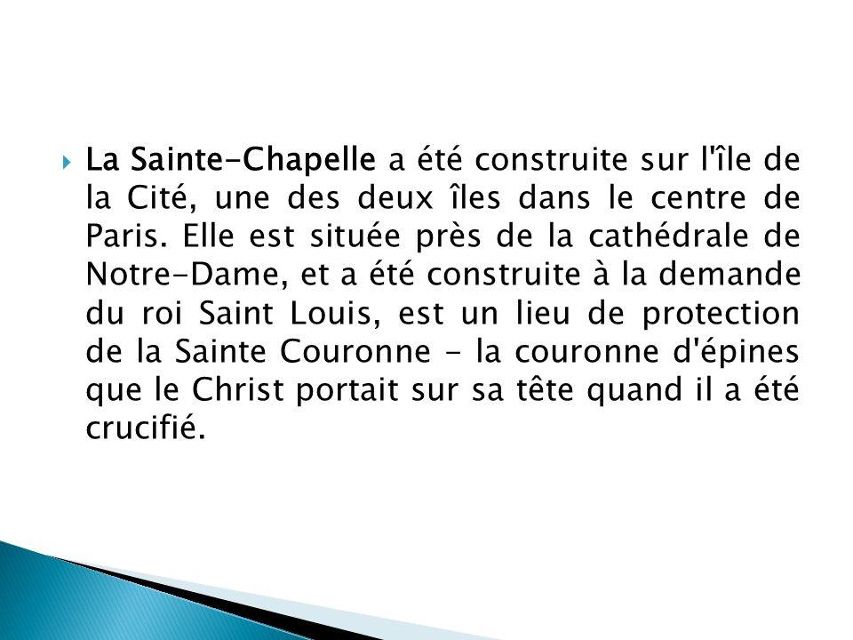 La Sainte-Chapelle a été construite sur l île de la Cité, une des deux îles dans le centre de Paris.
