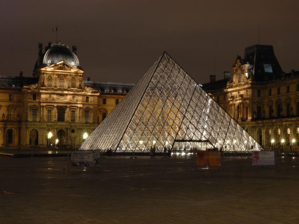 Le Musée du Louvre, installé dans le palais du Louvre à Paris, est l un des plus grands musées et des plus célèbres dans le monde.