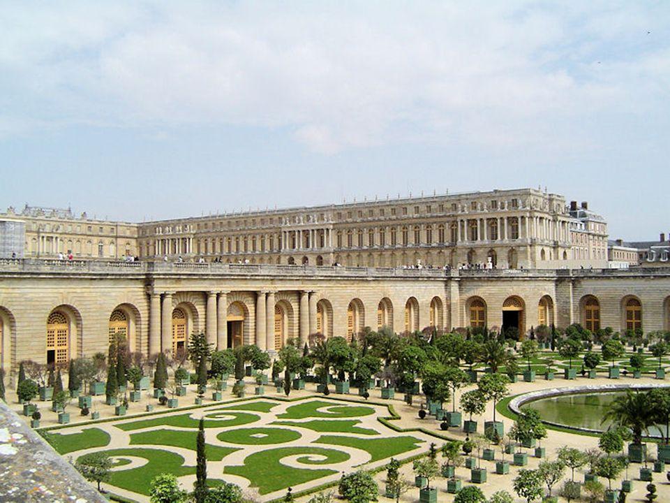 Le château de Versailles est une ville située dans le château royal de Versailles, un village rural à l époque de sa construction, mais maintenant dans la banlieue de Paris.
