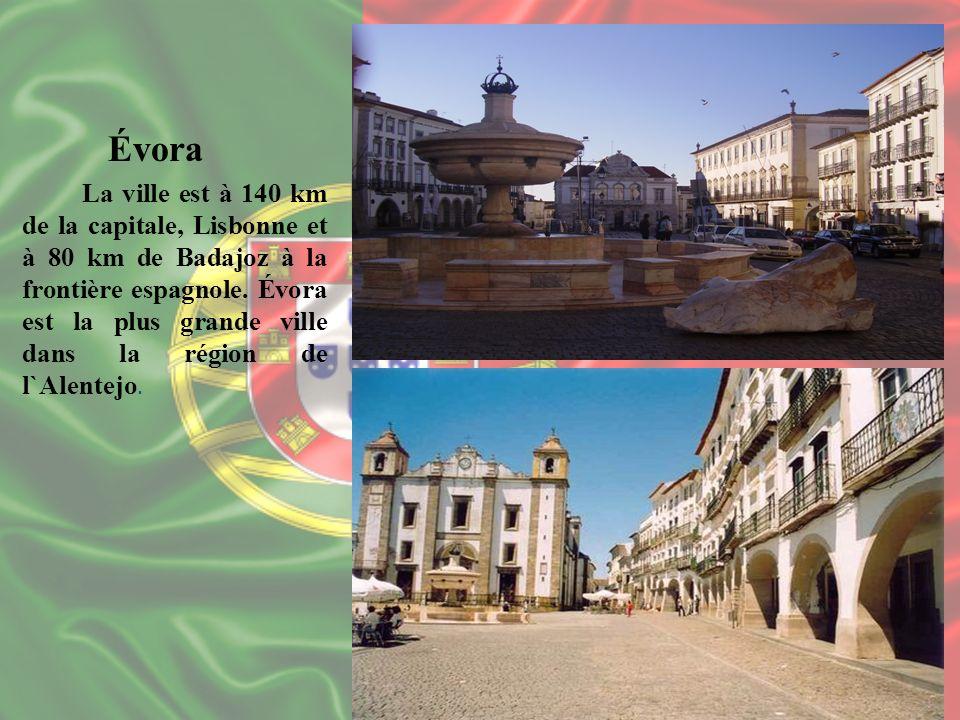 Évora La ville est à 140 km de la capitale, Lisbonne et à 80 km de Badajoz à la frontière espagnole. Évora est la plus grande ville dans la région de