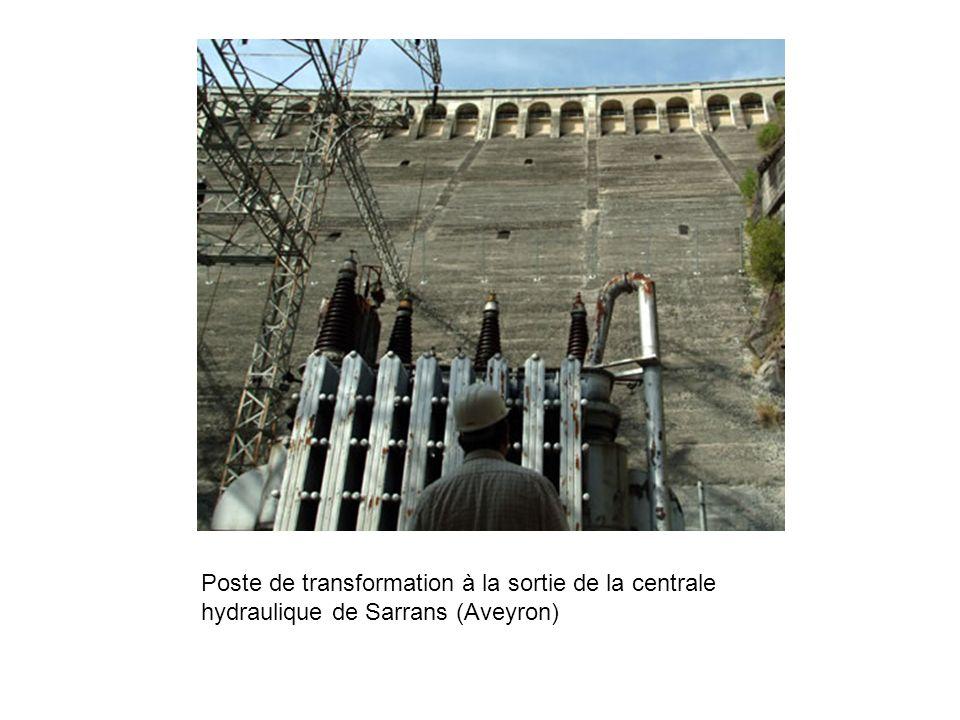 Poste de transformation à la sortie de la centrale hydraulique de Sarrans (Aveyron)