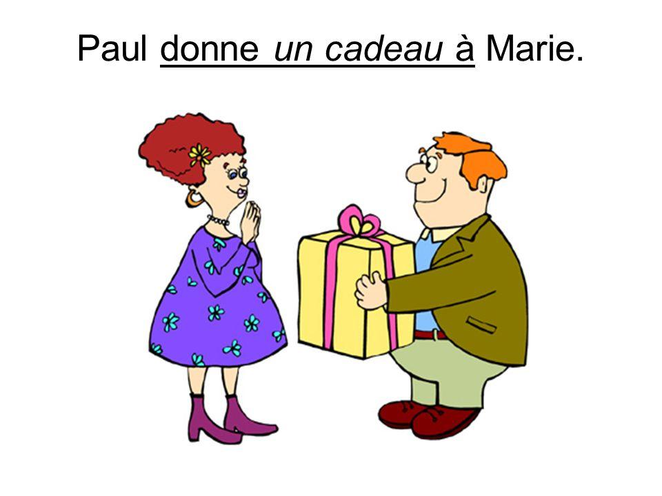 Paul donne un cadeau à Marie.