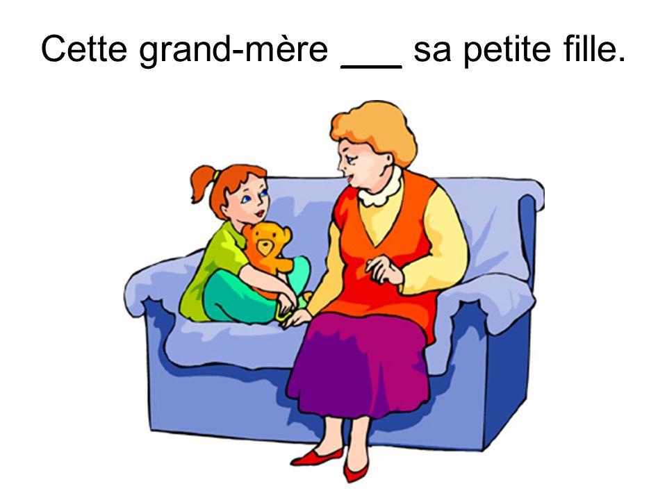 Cette grand-mère ___ sa petite fille.