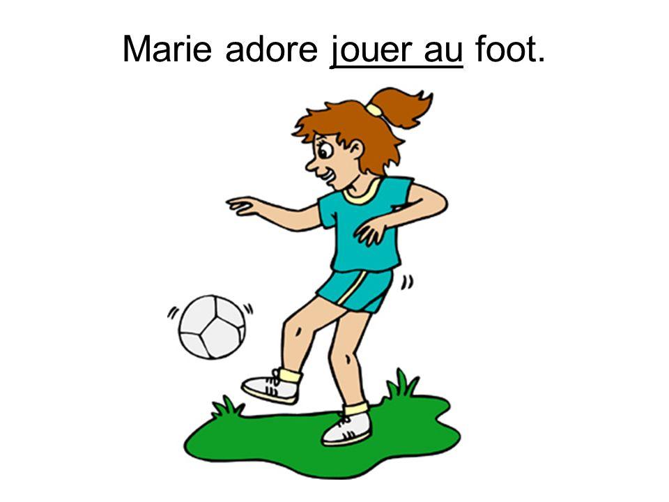 Marie adore jouer au foot.
