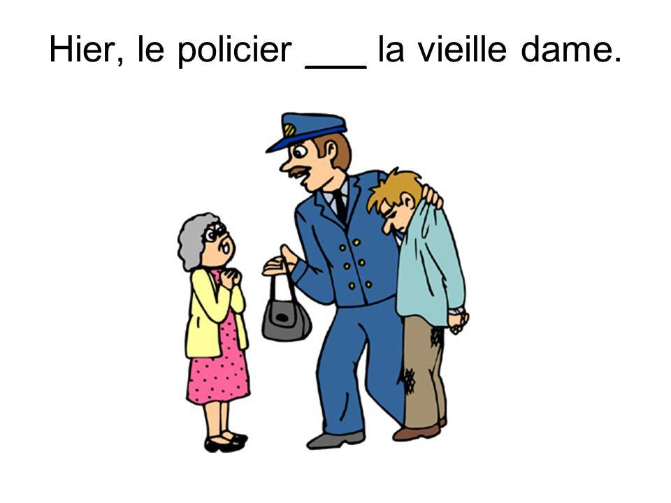 Hier, le policier ___ la vieille dame.
