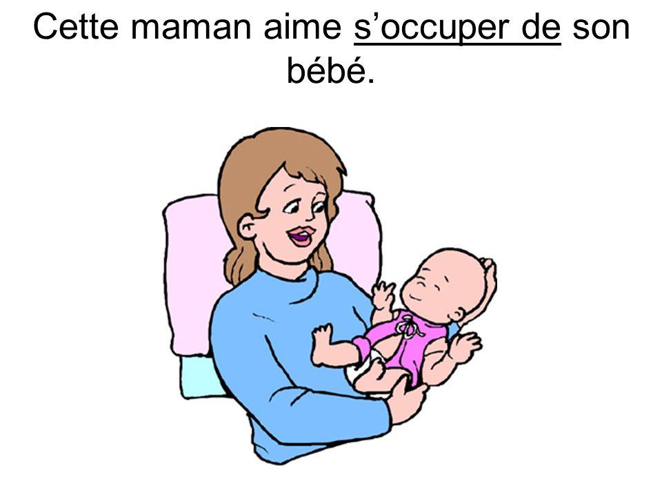 Cette maman aime soccuper de son bébé.