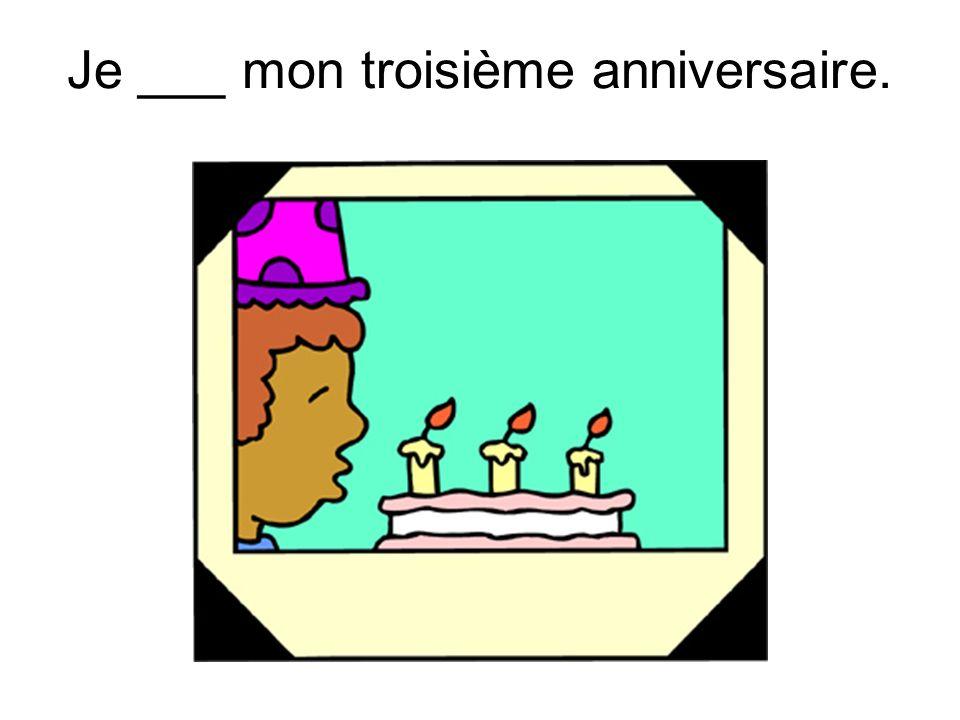 Je ___ mon troisième anniversaire.