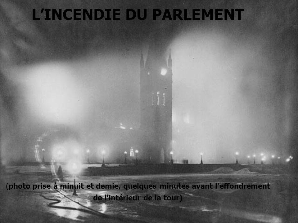 LINCENDIE DU PARLEMENT (photo prise à minuit et demie, quelques minutes avant l'effondrement de l'intérieur de la tour)