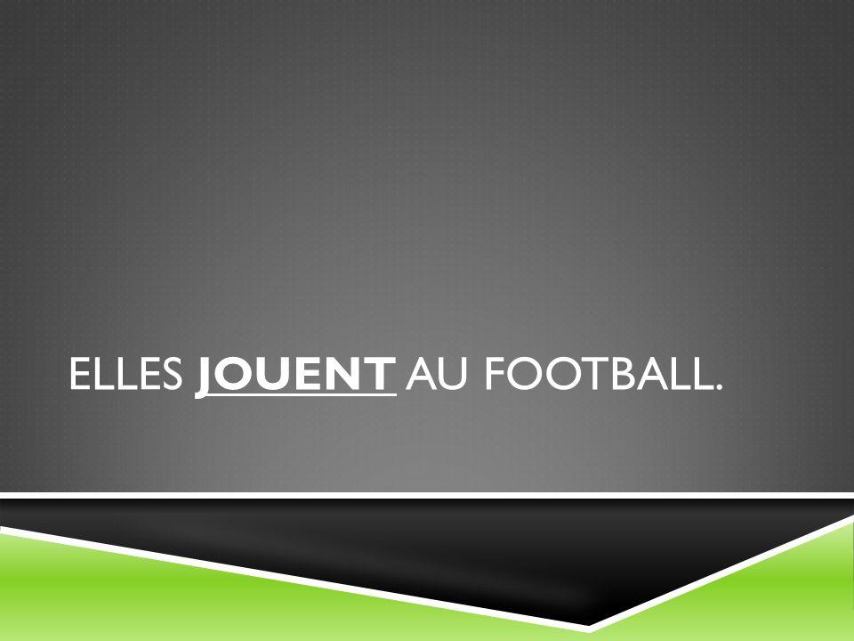 ELLES JOUENT AU FOOTBALL.