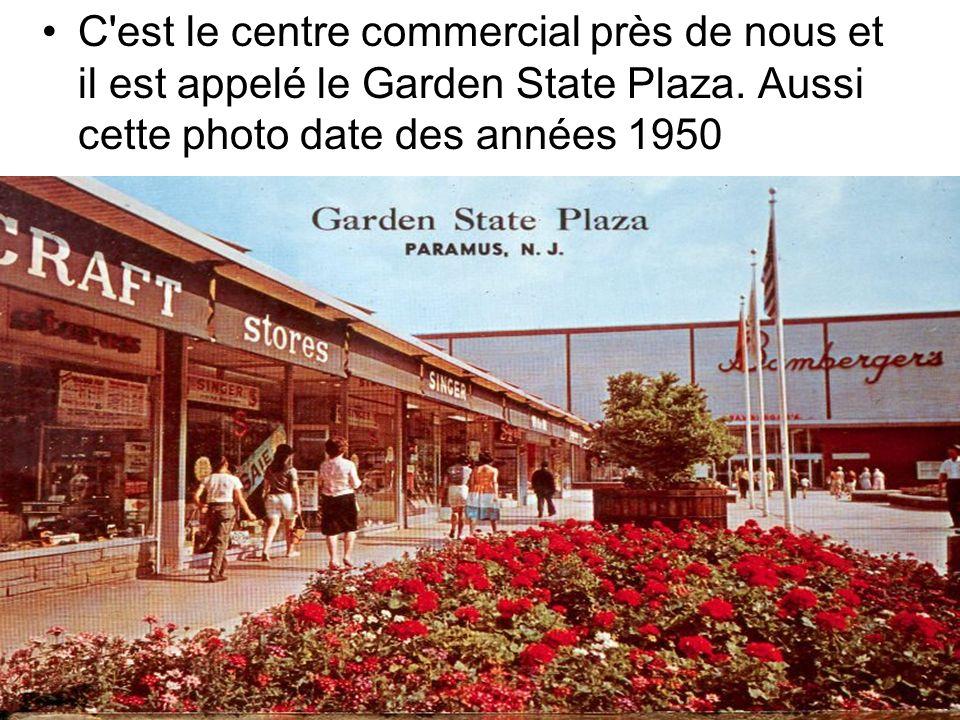 C'est le centre commercial près de nous et il est appelé le Garden State Plaza. Aussi cette photo date des années 1950
