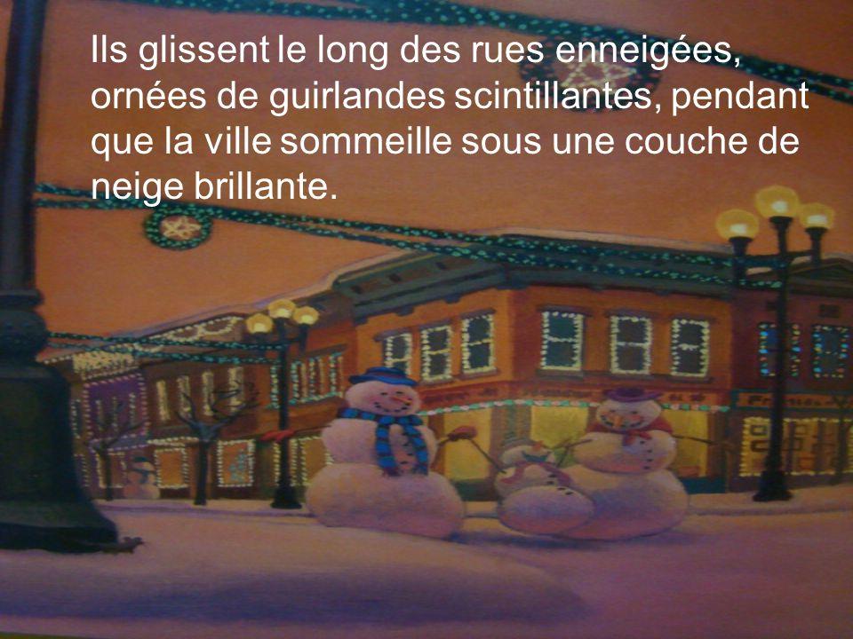 Ils glissent le long des rues enneigées, ornées de guirlandes scintillantes, pendant que la ville sommeille sous une couche de neige brillante.
