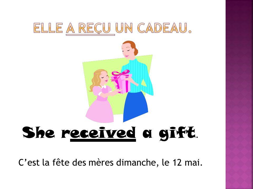 She received a gift. Cest la fête des mères dimanche, le 12 mai.