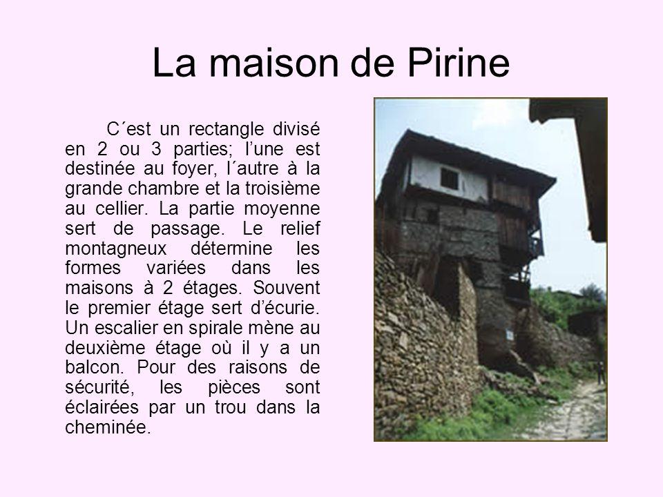 La maison de Pirine C´est un rectangle divisé en 2 ou 3 parties; lune est destinée au foyer, l´autre à la grande chambre et la troisième au cellier.
