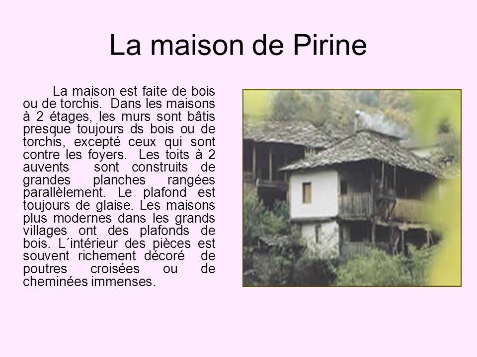 La maison de Pirine La maison est faite de bois ou de torchis.