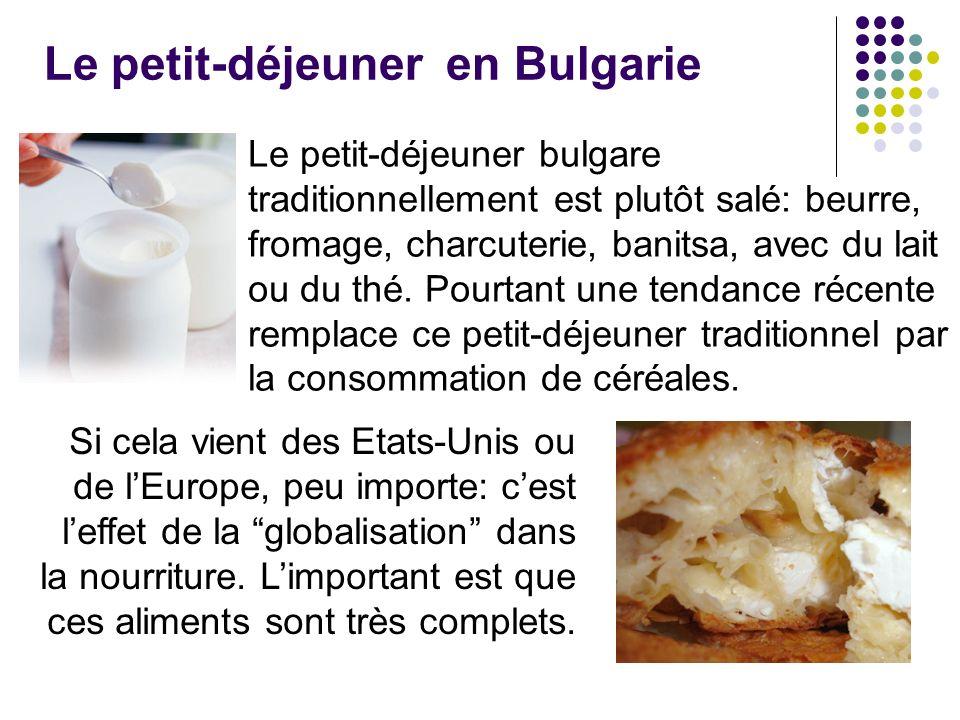 Le petit-déjeuner en Bulgarie Le petit-déjeuner bulgare traditionnellement est plutôt salé: beurre, fromage, charcuterie, banitsa, avec du lait ou du thé.