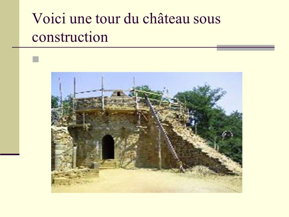 Voici une tour du château sous construction