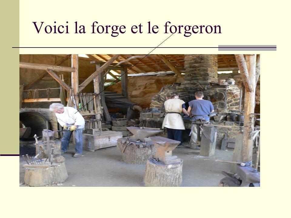Voici la forge et le forgeron Le forgeron se trouve a gauche