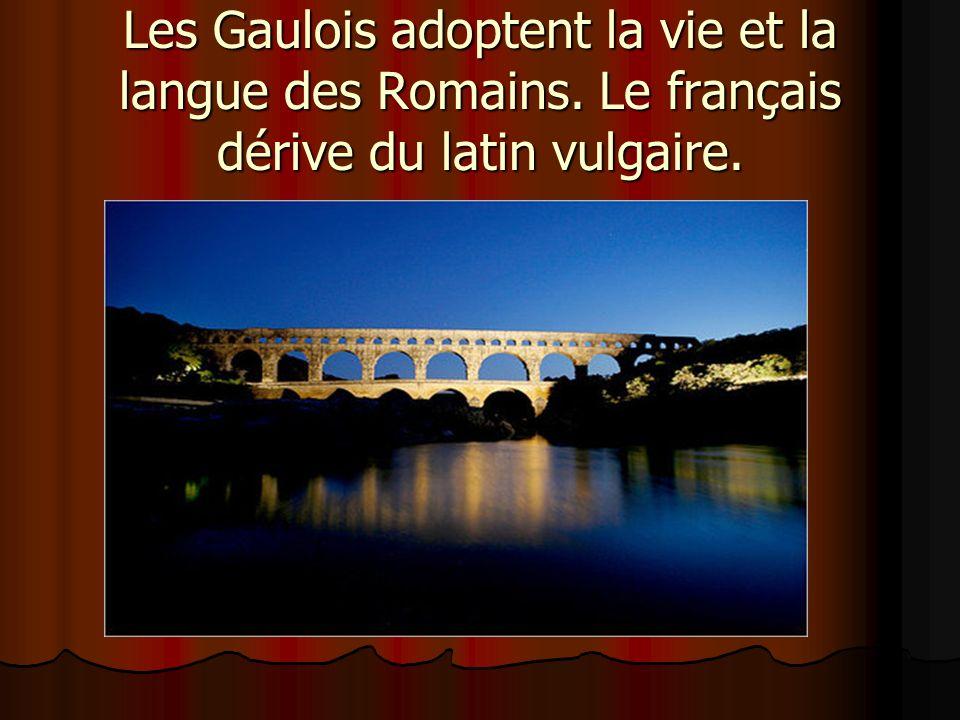 Les Gaulois adoptent la vie et la langue des Romains. Le français dérive du latin vulgaire.