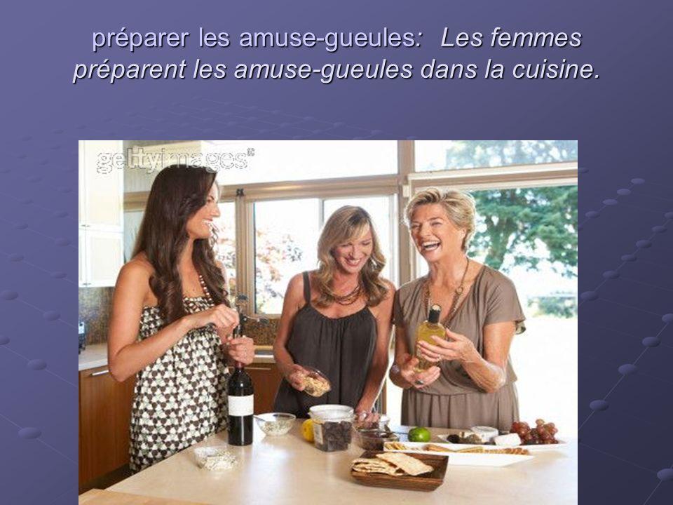 préparer les amuse-gueules: Les femmes préparent les amuse-gueules dans la cuisine.