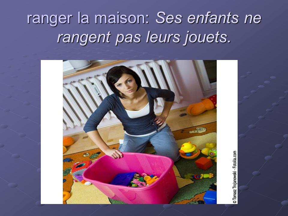 ranger la maison: Ses enfants ne rangent pas leurs jouets.