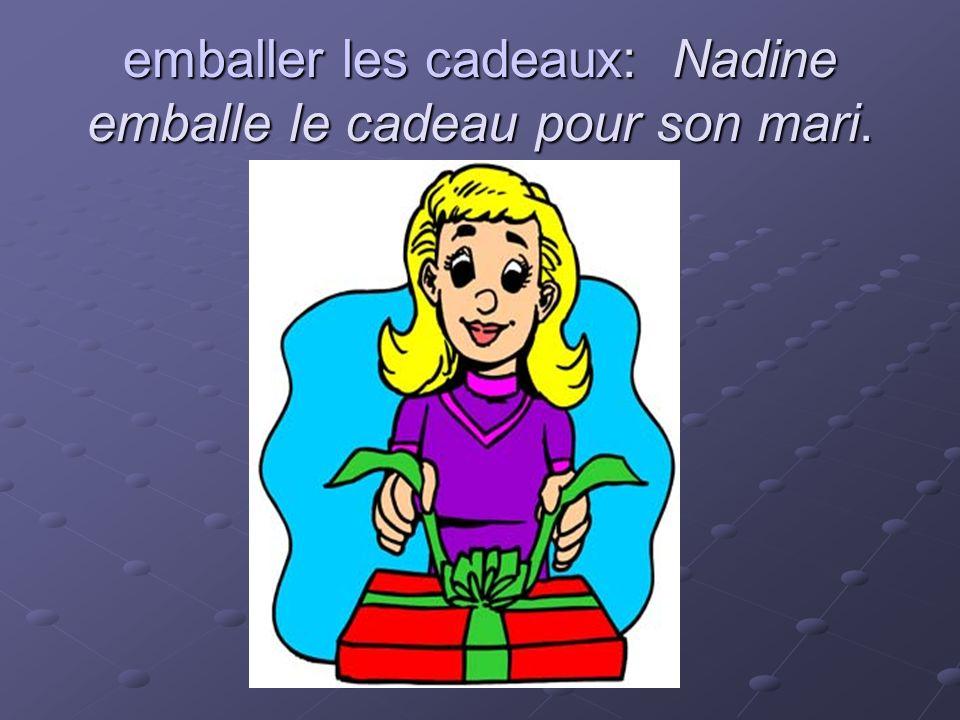 emballer les cadeaux: Nadine emballe le cadeau pour son mari.