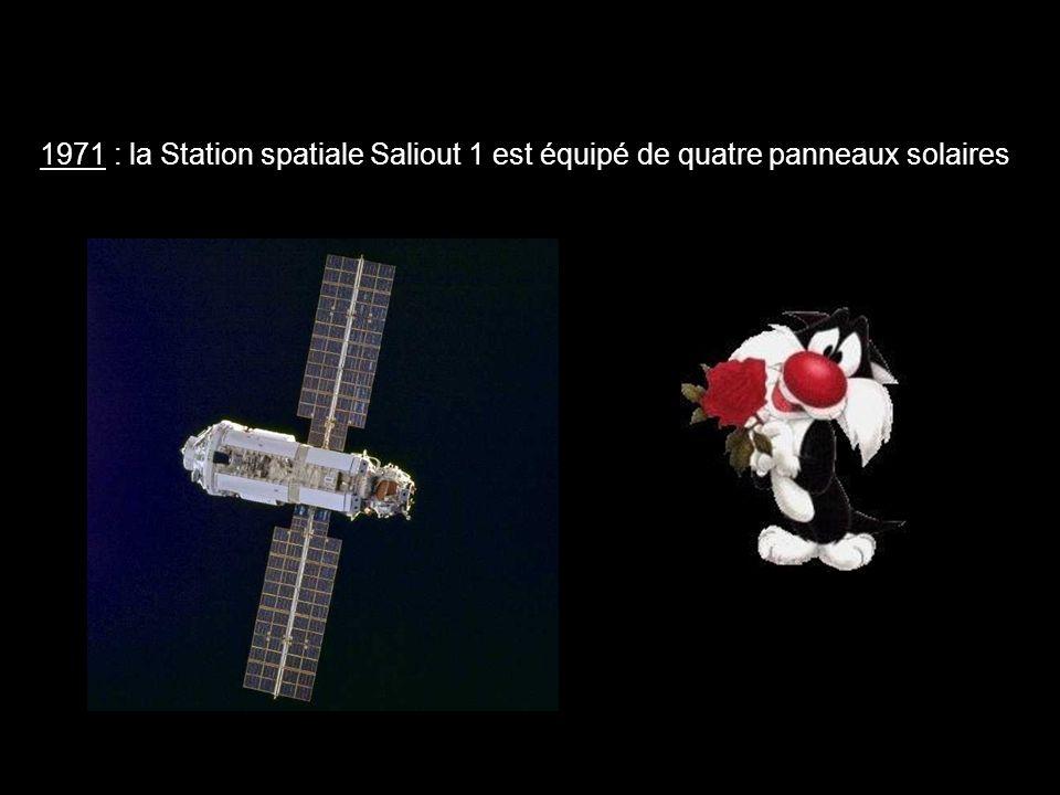 1971 : la Station spatiale Saliout 1 est équipé de quatre panneaux solaires.