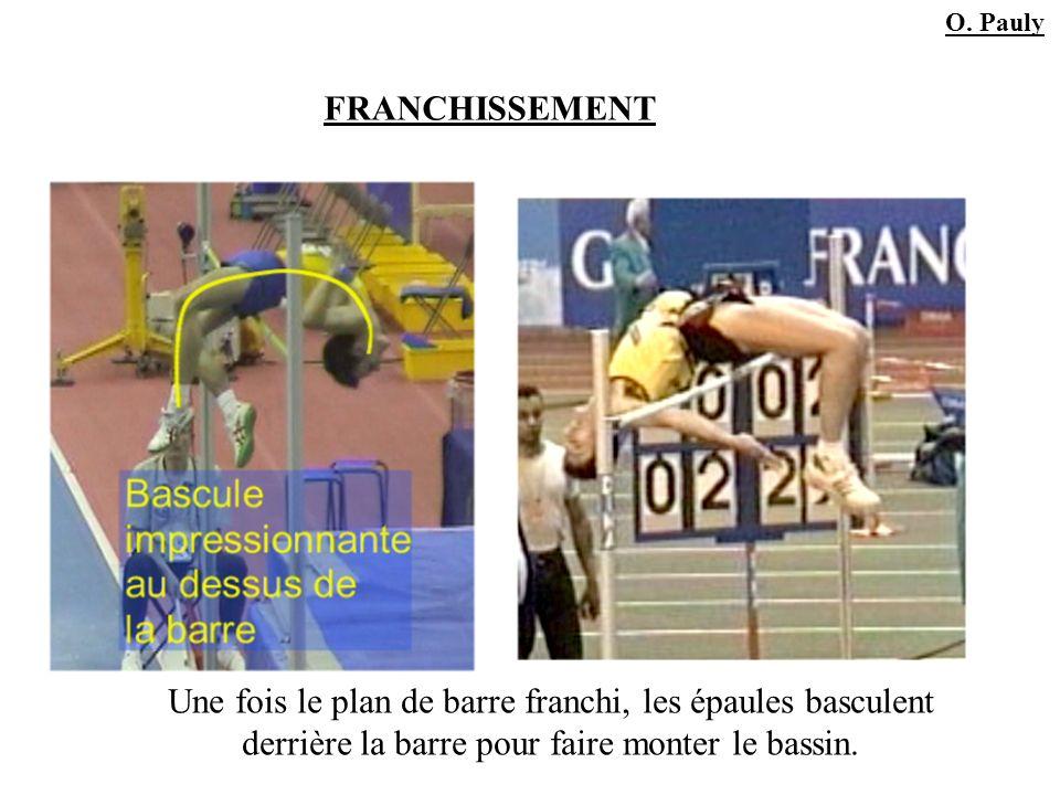 FRANCHISSEMENT Une fois le plan de barre franchi, les épaules basculent derrière la barre pour faire monter le bassin. O. Pauly