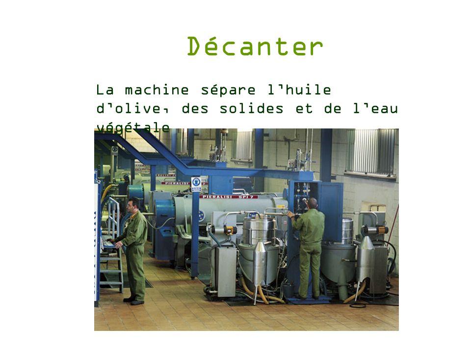 Décanter La machine sépare lhuile dolive, des solides et de leau végétale