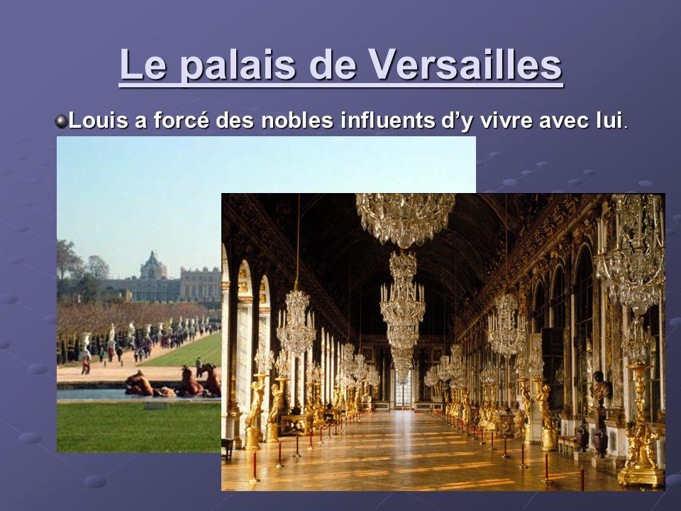 Le palais de Versailles Louis a forcé des nobles influents dy vivre avec lui.