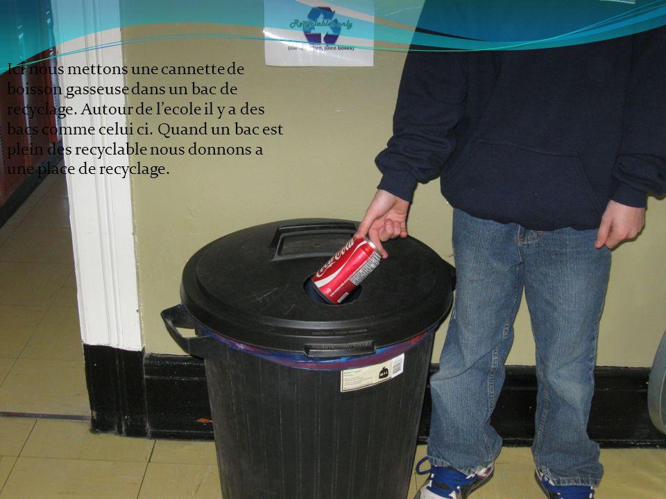 Ici nous mettons une cannette de boisson gasseuse dans un bac de recyclage. Autour de lecole il y a des bacs comme celui ci. Quand un bac est plein de