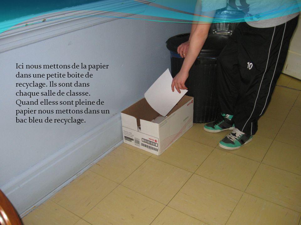 Ici nous mettons de la papier dans une petite boite de recyclage. Ils sont dans chaque salle de classse. Quand elless sont pleine de papier nous metto