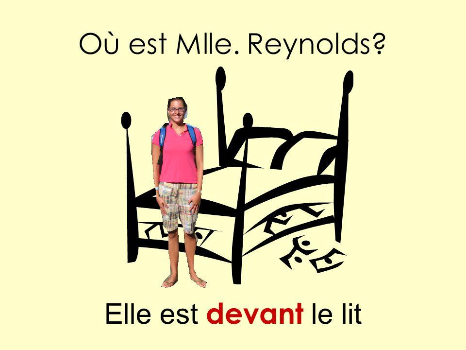 Où est Mlle. Reynolds Elle est devant le lit