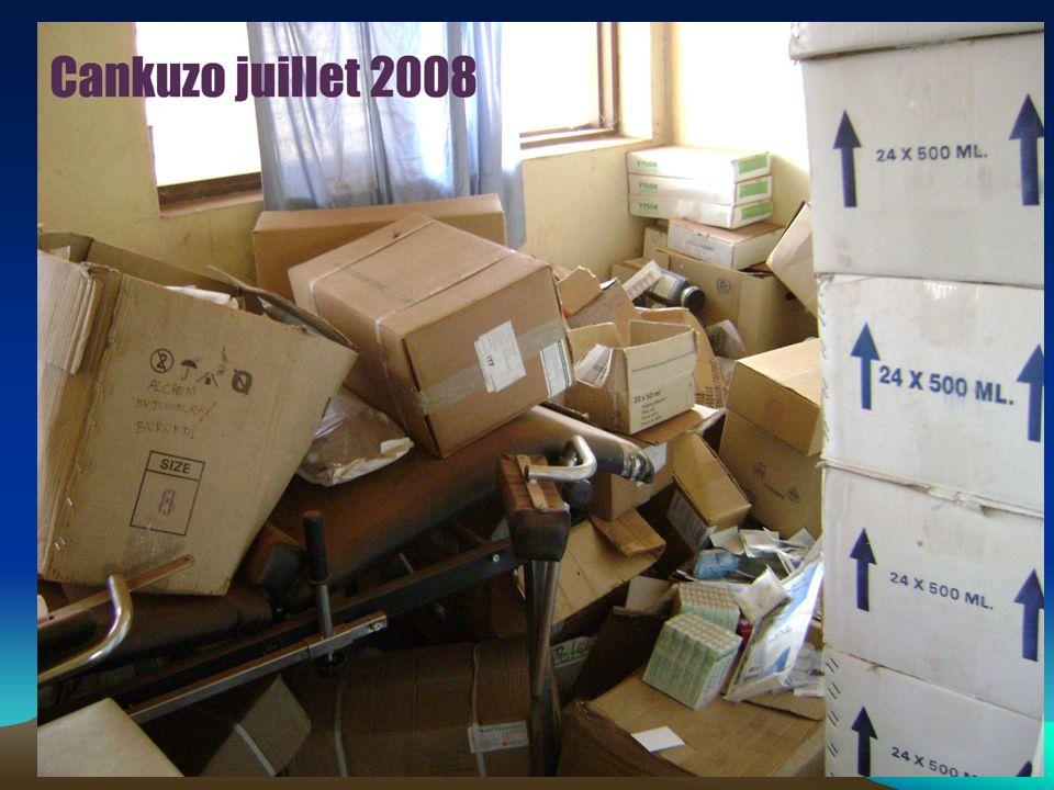 Conditions a respecter : –Une zone de dépotage des containers (espace suffisant) –3 zones de stockage médicaments + 2 zones DM: Palettes + solutés mas