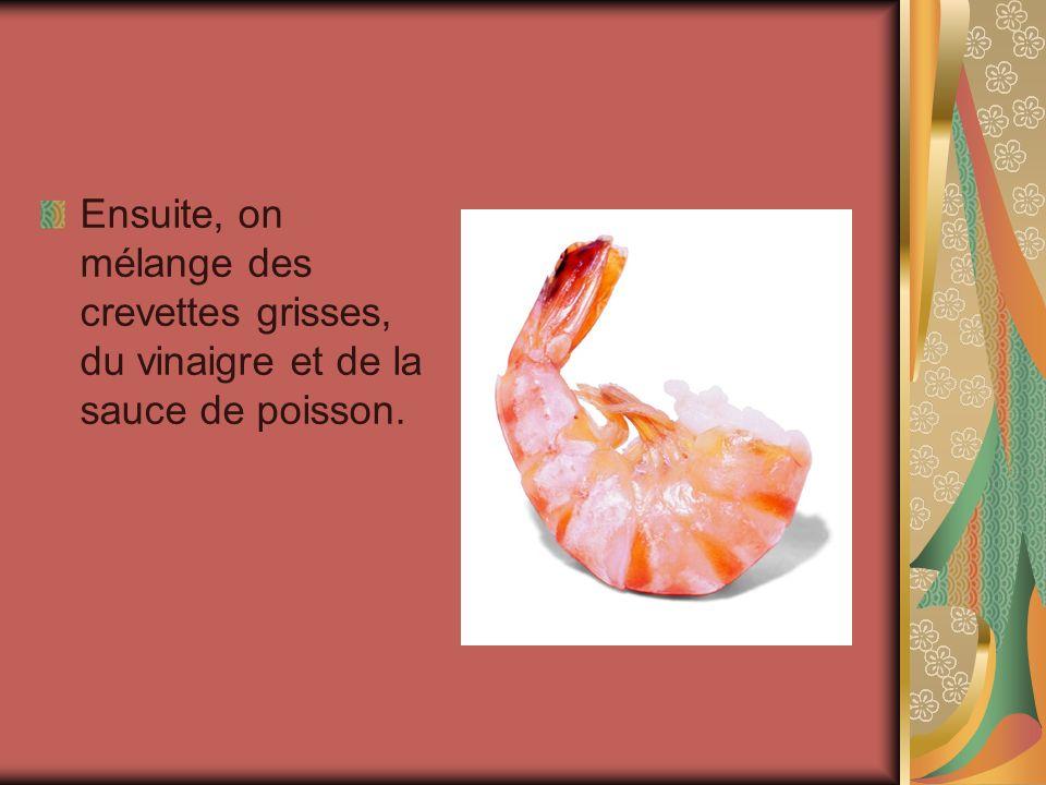 Ensuite, on mélange des crevettes grisses, du vinaigre et de la sauce de poisson.