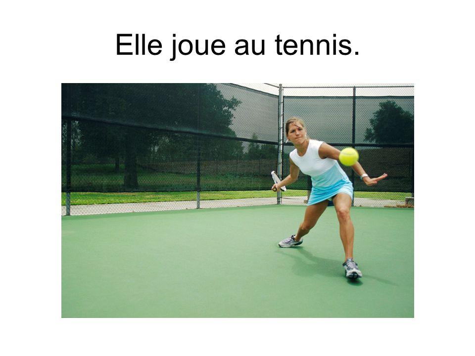 Elle joue au tennis.