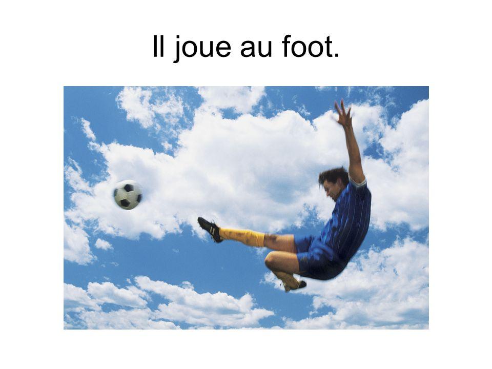 Il joue au foot.