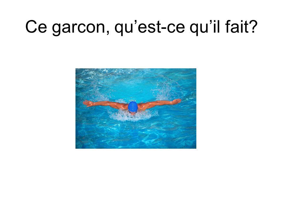 Ce garçon fait de la natation.